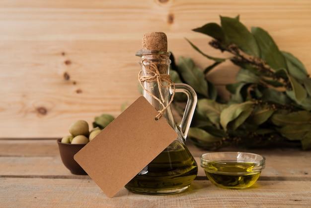 Azeite orgânico e azeitonas em cima da mesa