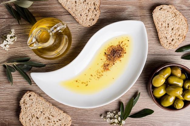 Azeite, pão e azeitonas