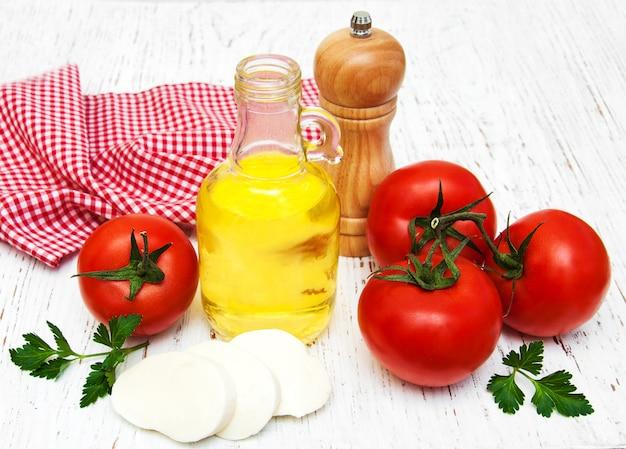 Azeite, queijo mussarela, alho e tomate