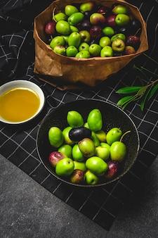 Azeite virgem extra espanhol fresco com azeitonas