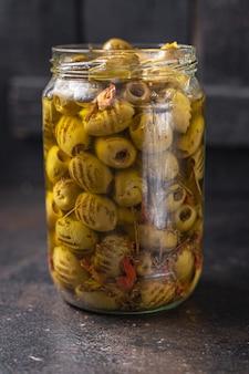 Azeitona grelhada azeitonas de frutas frescas no prato pronto para comer refeição lanche na mesa cópia espaço comida