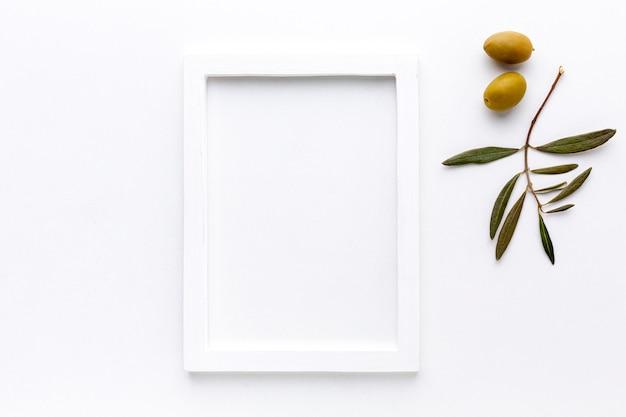Azeitonas amarelas com maquete de quadro