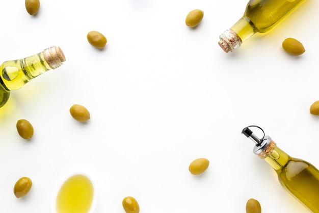 Azeitonas amarelas e frascos de óleo