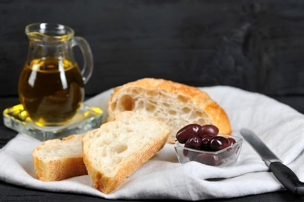 Azeitonas, azeite e ciabatta