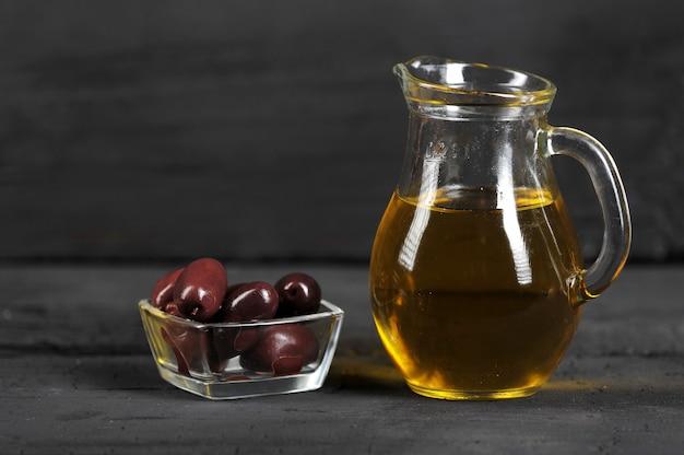 Azeitonas, azeite em recipientes de vidro