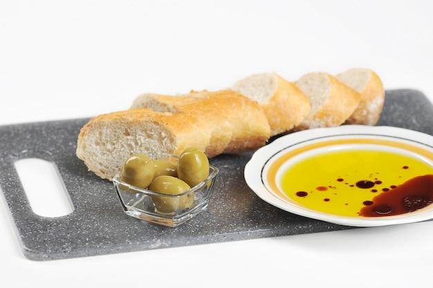 Azeitonas, baguete e azeite