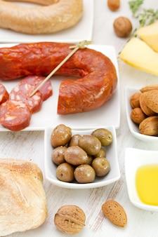 Azeitonas com chourico, pão e azeite
