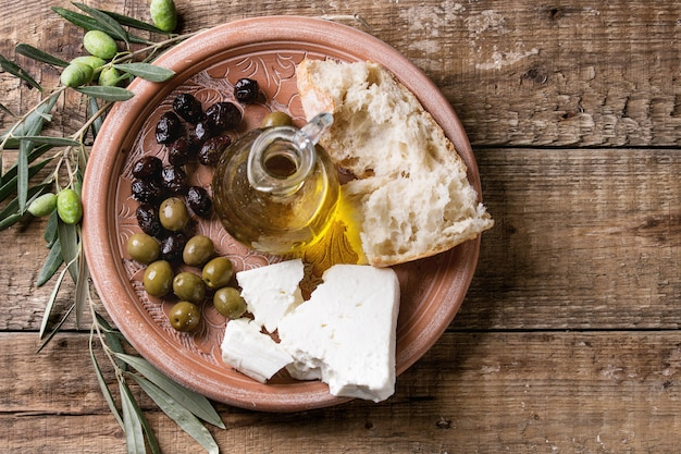 Azeitonas com queijo feta e pão