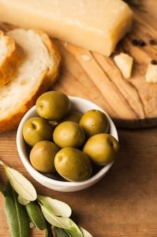 Azeitonas de alto ângulo parmesão e pão