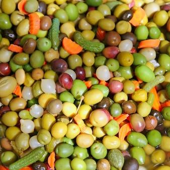Azeitonas e picles comida mediterrânea