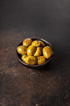 Azeitonas grelhadas de frutas frescas grelhadas azeitonas no prato refeição lanche na mesa cópia espaço fundo de alimentos