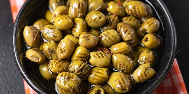 Azeitonas grelhadas frutas frescas em um prato pronto para comer porção refeição lanche na mesa cópia espaço comida