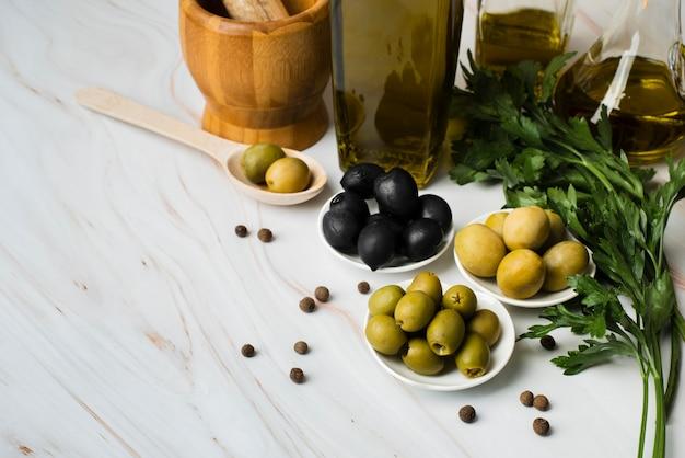 Azeitonas orgânicas de close-up em cima da mesa