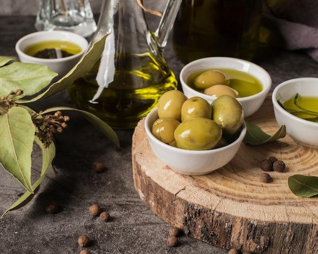 Azeitonas orgânicas e óleo de close-up