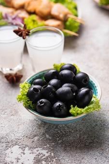 Azeitonas pretas e pratos gregos tradicionais