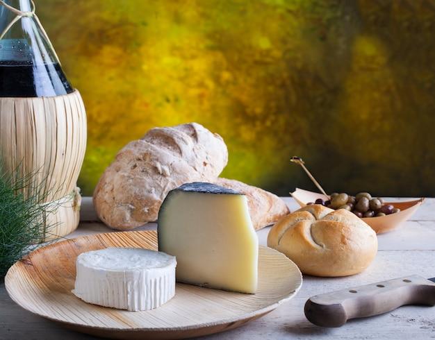 Azeitonas queijo e pão