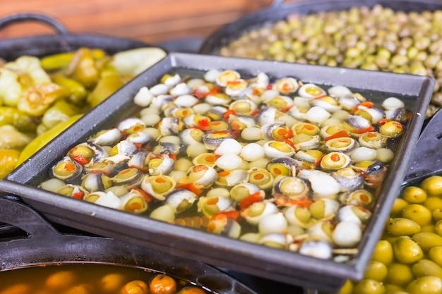 Azeitonas recheadas com peixes e anchovas