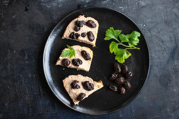 Azeitonas secas sanduíche patê de legumes aperitivo porção fresca prato saudável orgânico