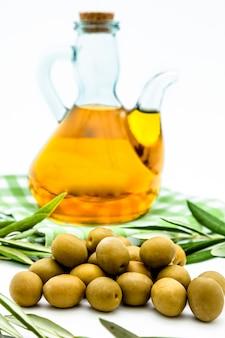 Azeitonas verdes e azeite