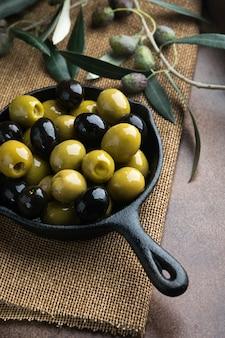 Azeitonas verdes e pretas