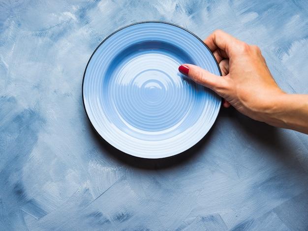 Azul, com, prato, e, mulher, mão
