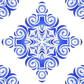 Azul e branco abstrato desenhado à mão telha padrão de pintura aquarela ornamental sem emenda. textura de onda luxuosa elegante para tecidos e papéis de parede, planos de fundo e preenchimento de página.