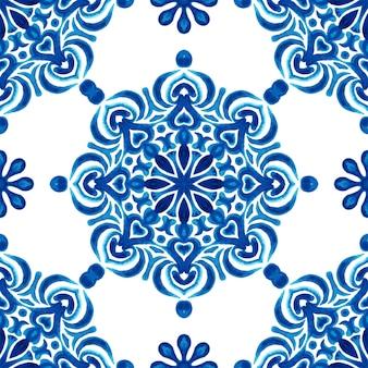 Azul e branco abstrato desenhado à mão telha texturizada sem costura padrão aquarela ornamental. textura elegante à moda antiga para tecidos e papéis de parede, planos de fundo e preenchimento de página.
