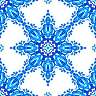 Azul e branco abstrato mão desenhada telha sem costura padrão de pintura em aquarela ornamental. textura geométrica de medalhão de flor elegante para tecido e papéis de parede, ladrilhos de cerâmica para planos de fundo e preenchimento de página.