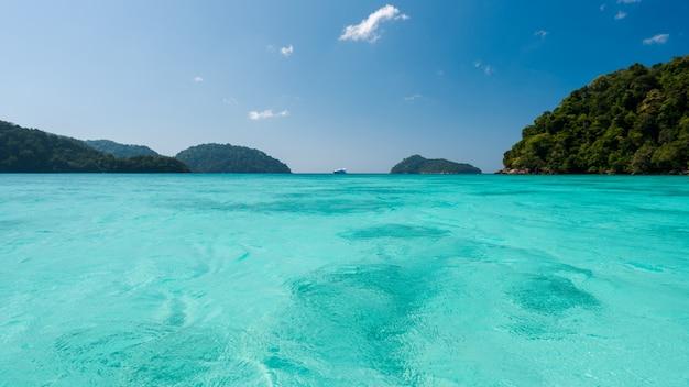 Azul e superfície de água do mar brilhante no mar aberto, mar azul bonito na ilha de surin, tailândia