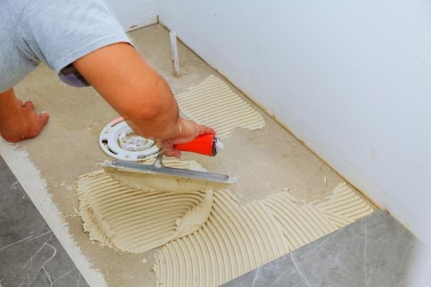 Azulejo branco na moda à moda com um chanfro no reparo dos apartamentos e dos banheiros.