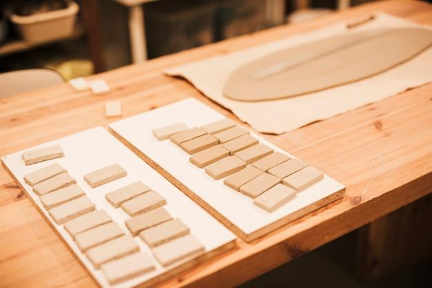 Azulejos cerâmicos na mesa de madeira