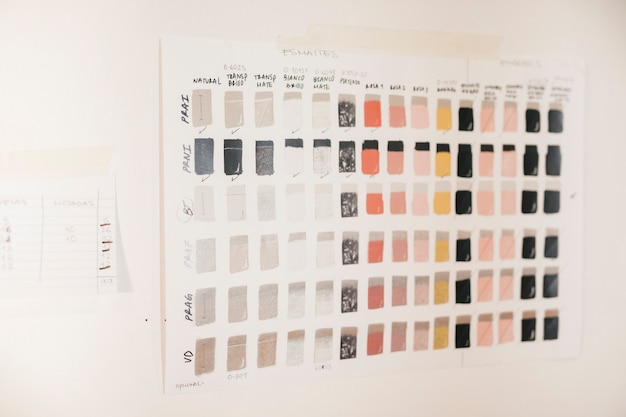 Azulejos coloridos de amostras de cerâmica vitrificada na parede