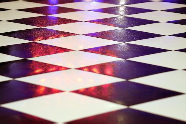 Azulejos preto e branco no chão