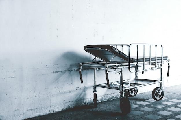 B & w closeup de uma cama de hospital, cama de hospital móvel,