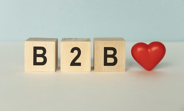 B2b business to business conceito. pilha de cubos de madeira isolados no branco