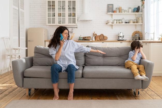 Babá perturbada liga para os pais sobre chorar criança ofendida