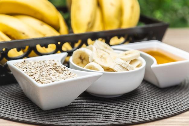 Babana com mel e aveia. alimentos nutritivos e saudáveis