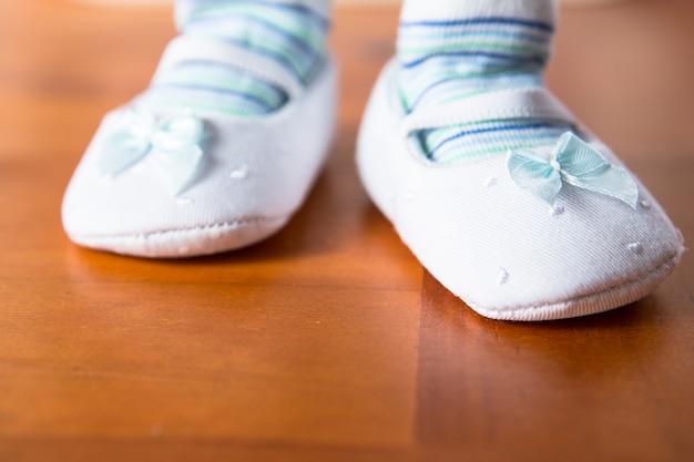 Baby in booties dando o primeiro passo