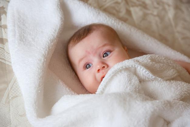 Baby, na cama do quarto, toalha, embrulhar, sorrir