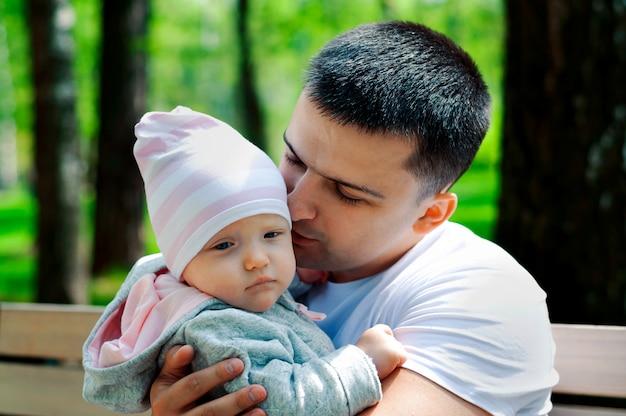 Babygirl nos braços de seu pai na rua