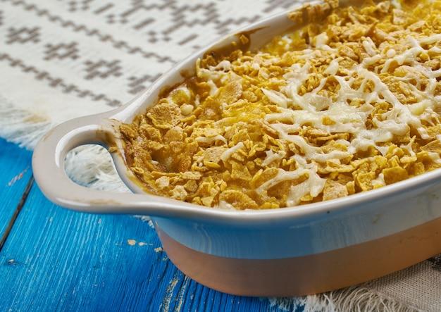 Bacalhau com gratinado - aperitivo de new foundland, canadá, o bacalhau em flocos é coberto com molho branco e polvilhado com queijo cheddar antes de ser assado nesta caçarola simples.
