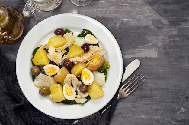 Bacalhau com legumes e ovo cozido no prato