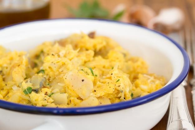 Bacalhau com ovo e ervas no prato branco