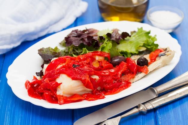 Bacalhau com pimenta e salada vermelha grelhada