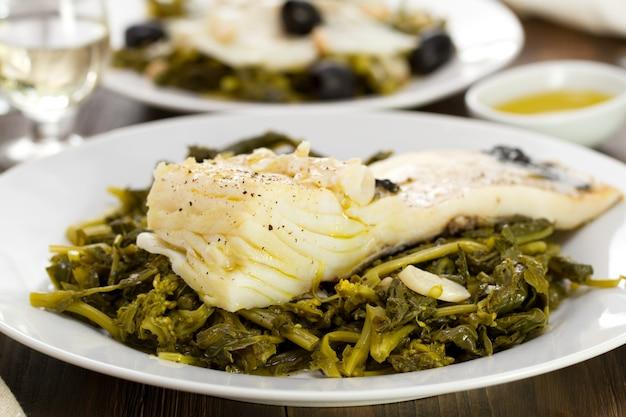 Bacalhau com verduras no prato