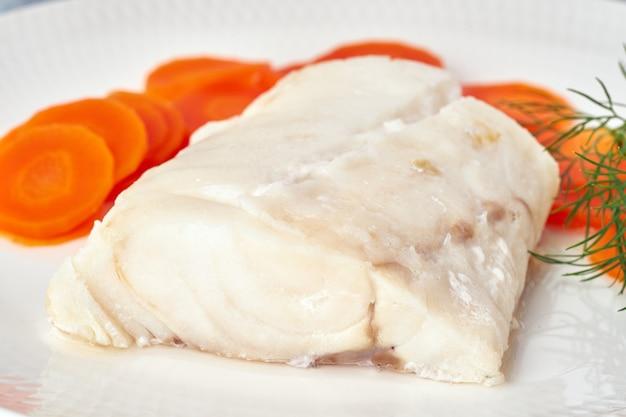 Bacalhau cozido com cenoura e endro em chapa branca