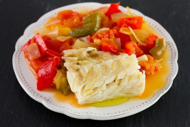 Bacalhau cozido com legumes no prato