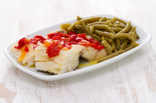 Bacalhau cozido com pimenta vermelha e feijão verde no prato