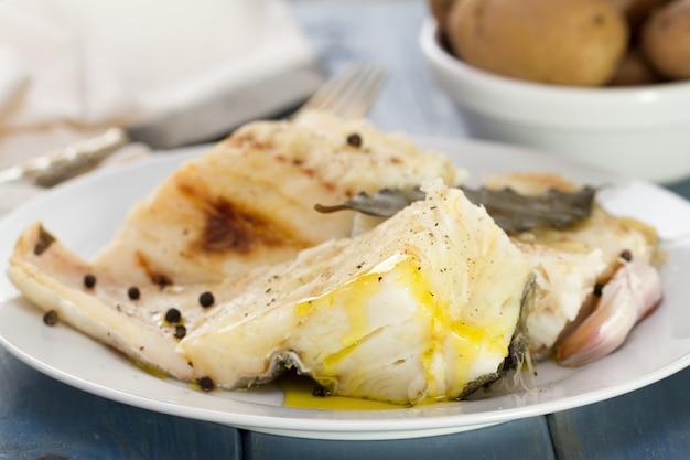 Bacalhau cozido em chapa branca e batata cozida na tigela