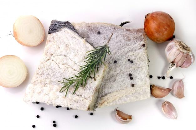 Bacalhau cru salgado seco isolado sobre fundo branco